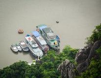 Navios no mar em Quang Ninh, Vietname Fotografia de Stock