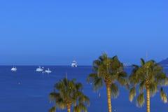 Navios no mar Mediterrâneo perto das costas de Cannes Fotos de Stock Royalty Free