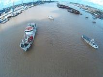 Navios no rio Imagens de Stock Royalty Free