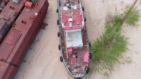 Navios oxidados velhos no riverbank na areia Pel?cula a?reo filme