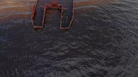 Navios oxidados velhos no riverbank na areia Pel?cula a?reo video estoque