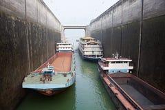 Navios que aumentam no fechamento em Three Gorge Dam Imagens de Stock