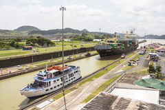 Navios que entram no canal do Panamá fotos de stock royalty free