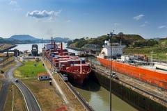 Navios que incorporam as portas de Miraflores ao canal do Panamá imagens de stock