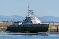 Navire abandonné se reposant sur des blocs sur le bateau à vapeur Slough Images libres de droits