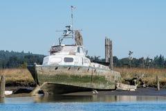 Navire abandonné sur des blocs sur le bateau à vapeur Slough Photographie stock libre de droits