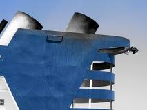 Navire/bateau bleus avec des cheminées en ciel bleu-clair photo libre de droits