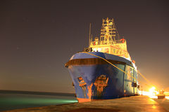 Navire d'AHTS pendant la nuit Photographie stock