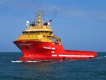Navire d'approvisionnement en cours en mer photos libres de droits