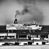 Navire dans la ville Regard artistique en noir et blanc Photographie stock libre de droits