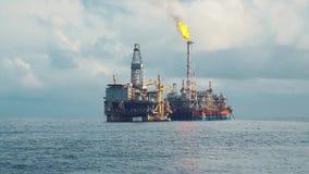 Navire de bateau-citerne de FPSO près de plate-forme de plate-forme pétrolière Pétrole marin et industrie du gaz banque de vidéos