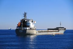 Navire de charge général Crémone ancré dans la baie d'Alicante Image stock