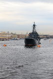 Navire de guerre à l'ancre sur Neva Photographie stock