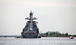 Navire de guerre au pilier avec des drapeaux Photographie stock libre de droits