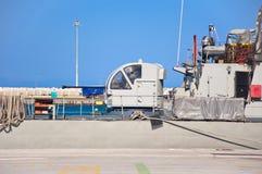 Navire de guerre dans un port de Rhodes, Grèce. Photos libres de droits