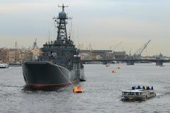 Navire de guerre et autobus de rivière sur Neva Image libre de droits