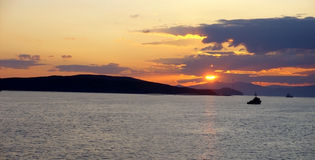 Navire de guerre et coucher du soleil Image stock