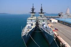 Navire de guerre jumeau sur la mer, chonvuru, Thaïlande Images libres de droits