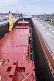 Navire de navire marchand avec deux grues passant les serrures dans les Great Lakes, Canada dans l'horaire d'hiver Photographie stock