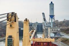 Navire de navire marchand avec deux grues passant les serrures dans les Great Lakes, Canada dans l'horaire d'hiver Photos libres de droits