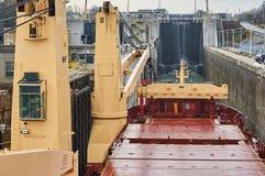 Navire de navire marchand avec deux grues passant les serrures dans les Great Lakes, Canada dans l'horaire d'hiver Photos stock