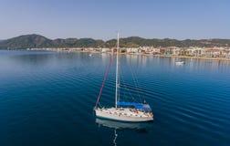 Navire de navigation à l'ancrage près de la ville de Marmaris en Turquie images libres de droits