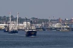 Navire de pêche professionnelle Luzitano et d'autres bateaux partant du port photo libre de droits