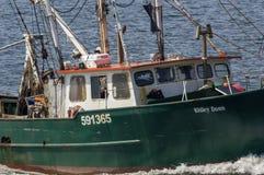 Navire de pêche professionnelle Rhiley Donn s'approchant de New Bedford image libre de droits