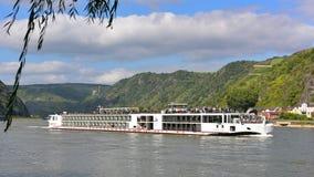 navire de 190-passenger Viking Tor croisant lentement le long du Rhin photographie stock