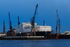 Navire de récipient dans un chantier naval dans le port de Hambourg Photo libre de droits