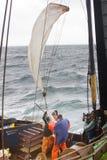 Navire de recherches Océanographie et hydrobiologie 3 Abaissement du filet de plancton (filet de Juday) s Image libre de droits