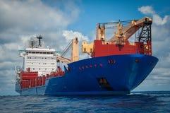 Navire en cours dans l'océan Photos libres de droits