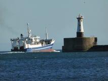 Navire en mer laissant le port à Aberdeen, Ecosse photos stock