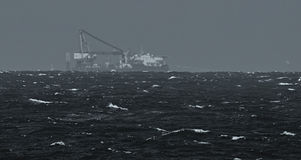 Navire gros porteur sur l'horizon Photographie stock libre de droits
