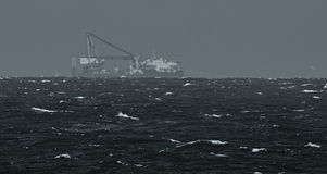 Navire gros porteur sur l'horizon Photos libres de droits