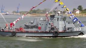 Navire militaire sur le Danube dans un exercice de lutte contre les incendies banque de vidéos