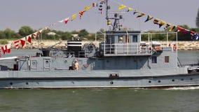 Navire militaire sur le Danube dans un exercice de lutte contre les incendies clips vidéos