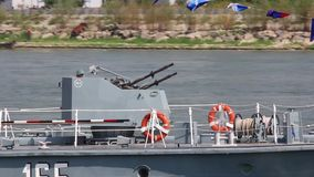 Navire militaire sur le Danube pendant un exercice d'attaque banque de vidéos