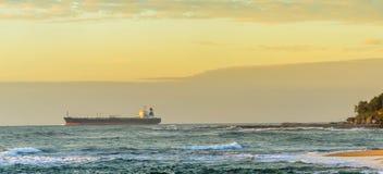 Navire porte-conteneurs à l'aube Images libres de droits