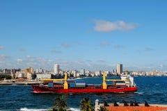 Navire porte-conteneurs à La Havane, Cuba Photos libres de droits