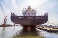 Navire porte-conteneurs énorme dans la cale sèche pour la réparation dans le terme de récipient d'Anvers Photographie stock libre de droits