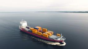 Navire porte-conteneurs énorme flottant en mer banque de vidéos