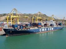 Navire porte-conteneurs étant chargé Photo stock