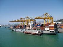 Navire porte-conteneurs étant chargé Photo libre de droits
