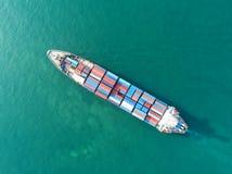Navire porte-conteneurs dans l'exportation et les affaires et la logistique d'importation Bateau photo stock