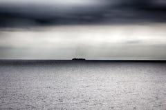 Navire porte-conteneurs dans l'immensité de la mer Méditerranée d'hiver photo stock