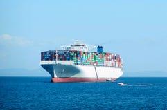 Navire porte-conteneurs dans l'océan Image stock