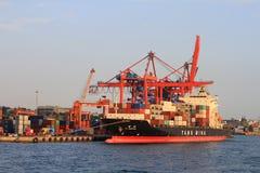Navire porte-conteneurs dans la couchette Photos stock