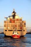 Navire porte-conteneurs dans le coucher du soleil Images stock