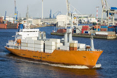 Navire porte-conteneurs dans le port photo stock